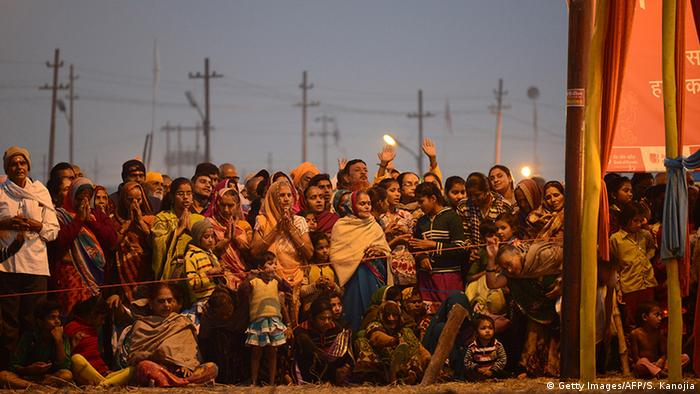 Indien Allahabad Hindu devotees watch to priests (Getty Images/AFP/S. Kanojia)