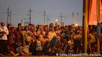 Indien Allahabad Hindu devotees watch to priests