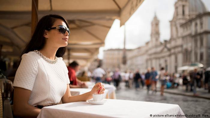 Italien Cafe in Rom Frau trinkt Espresso