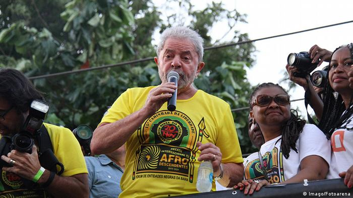 Brasilien Salvador Luis Inacio Lula da Silva im Freien hält Rede