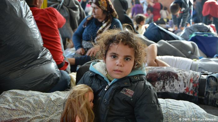 девочка в лагере для беженцев в Греции