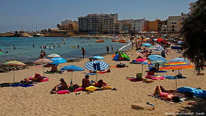 Spanien Mallorca S'Illot Menschen am Strand