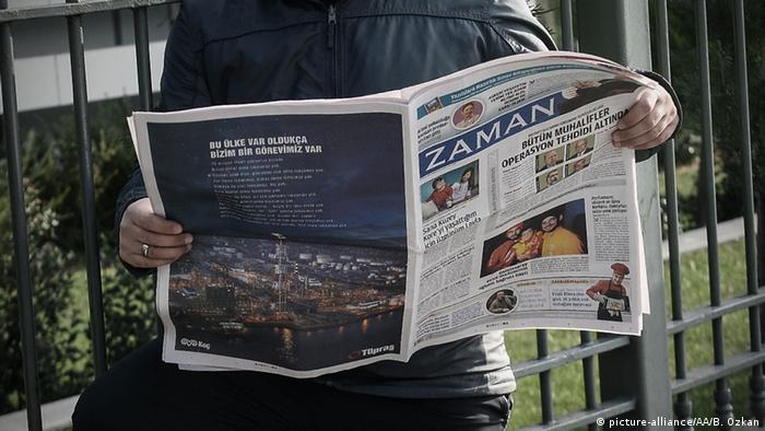 Türkei Leser mit Zeitung Zaman