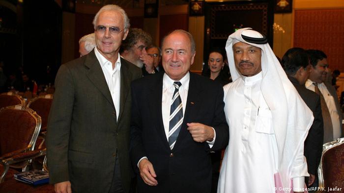 Кайзер Беккенбауэр сМохаммедом Бин Хаммамом и бывшим главой ФИФА Зеппом Блаттером (в центре)