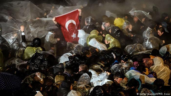 Wasserwerfer gehen nach der Zwangsverwaltung der Zeitung Zaman gegen Demonstranten vor (Foto: AFP)