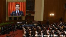05.03.2016 *** Chinese Premier Li Keqiang is shown on a screen as he delivers his report during the opening ceremony of the National People's Congress in the Great Hall of the People in Beijing on March 5, 2016. Chinas Communist-controlled parliament opened its annual session on March 5 and is expected to approve a new five-year plan to tackle slowing growth in the worlds second-largest economy. / AFP / GREG BAKER (Photo credit should read GREG BAKER/AFP/Getty Images) © Getty Images/AFP/G. Baker