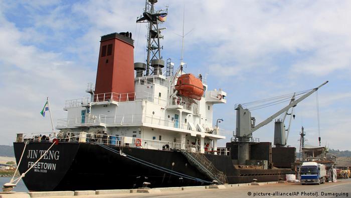 Navio no porto de Subic
