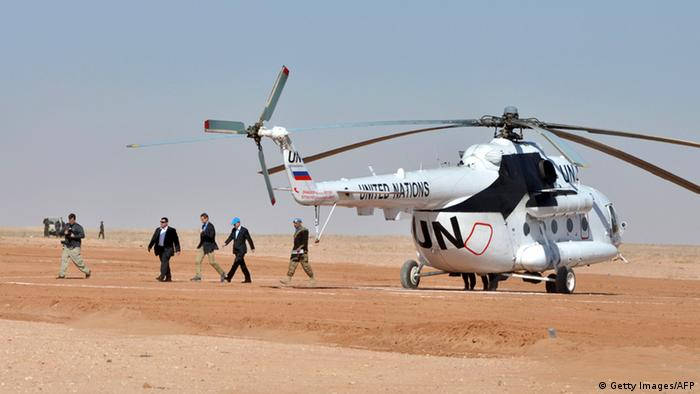 Ban Ki-moon arrives by helicopter at the Smara refugee camp in Algeria's Tindouf province