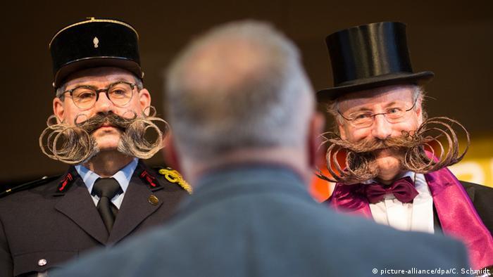 Zwei Männer mit kunstvoll gezwirbelten Bärten (picture-alliance/dpa/C. Schmidt)