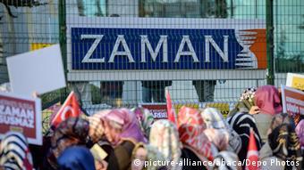 اعتراض به حکم نظارت دولت بر کار روزنامه زمان (عکس: ۴ مارس ۲۰۱۶، استانبول)