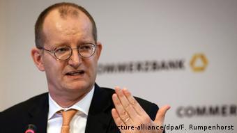 «Ό,τι μπορεί να γίνει ψηφιακό, θαγίνει ψηφιακό», είχε εξαγγείλει ο επικεφαλής της Commerzbank Μάρτιν Τσίλκε