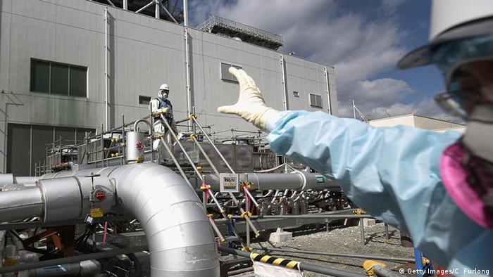 Japan Okuma Fukushima Daiichi Schutzanzüge Employees work
