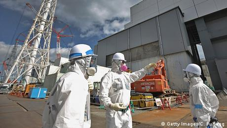 Japan Okuma Fukushima Daiichi Schutzanzüge Workers at reactor 4 (Getty Images/C. Furlong)