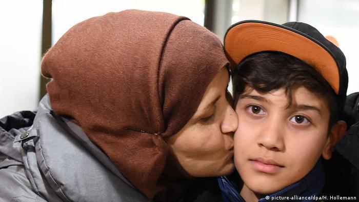 Ankunft des afghanischen Flüchtlingsjungen Mahdi Rabani (picture-alliance/dpa/H. Hollemann)