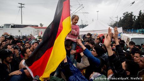 Flüchtlingsunterkunft Idomeni Flüchtlinge rufen Mama Merkel und schwenken Deutschlandfahne