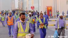 Katar WM-Baustelle Arbeiter Stadion Khalifa International Stadium Umbau Erweiterung Bild: DW/Tom Mustroph 10.02.2016