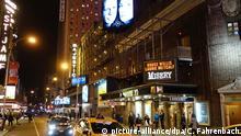 Abendszene am New Yorker Broadway mit Blick auf das Broadhurst Theatre am 26.11.2015 in New York, USA. Im Broadhurst Theatre spielt derzeit Actionstar Bruce Willis in einer Bühnenadaption des Thrillers «Misery». Die Theaterbranche in New York erlebt seit Jahren einen Boom. Ein Grund dafür sind die inzwischen häufigen Gastauftritte von Hollywood-Stars. Foto: Christian Fahrenbach/dpa (zu dpa-KORR «Broadway-Boom: Superstars bringen volle Kassen und schlechte Kritiken» vom 17.12.2015)