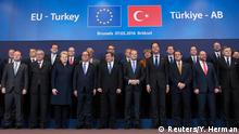 7.3.2016 Turkish Prime Minister Ahmet Davutoglu (C) poses with European Union leaders during a EU-Turkey summit in Brussels, as the bloc is looking to Ankara to help it curb the influx of refugees and migrants flowing into Europe, March 7, 2016. (C): REUTERS/Yves Herman