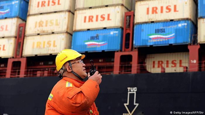 China Qingdao Hafenarbeiter steht vor Containern (Getty Images/AFP/Str)