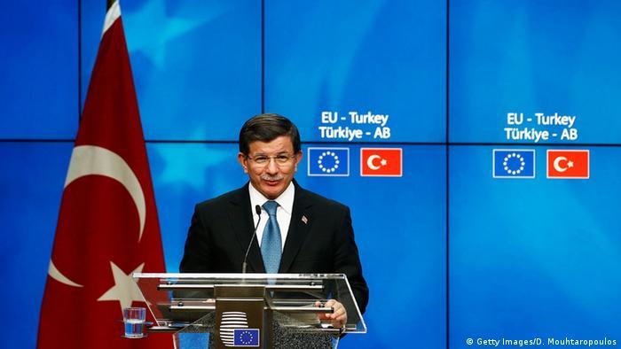 Türkischer Premierminister Ahmet Davutoglu neben türkischer Flagge (Foto: Getty)