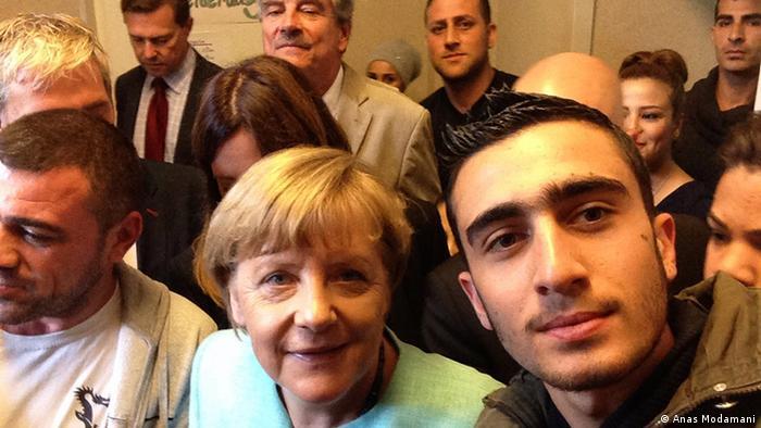 لم يكن اللاجئ السوري أنس معضماني يتوقع أن يكون قريبا من المستشارة الألمانية بهذا الشكل. فخلال زيارة ميركل إلى إحدى مراكز إيواء اللاجئين في برلين التقط أنس صورة سيلفي مع أنغيلا ميركل. صورة تكمل ألبوم أنس الذي وثق خطوات رحلته الشاقة إلى ألمانيا.