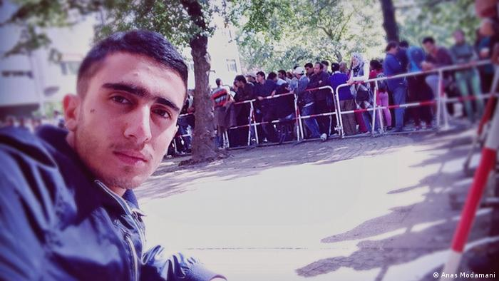 بعد وصوله، انتظر أنس ليوم كامل أمام مكتب استقبال اللاجئين.الوضع كان صعباً، وزاده فصل الشتاء صعوبة. بعدها انتقل أنس إلى مركز اللاجئين في منطقة شبانداو، حيث التقط صورة السيلفي مع ميركل. وللفت الانتباه إلى أوضاع اللاجئين، وجد أنس في الصورة مع ميركل فرصة جيدة.