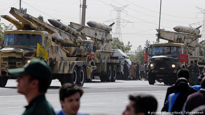 Iran Teheran Militärparade mit Raketen