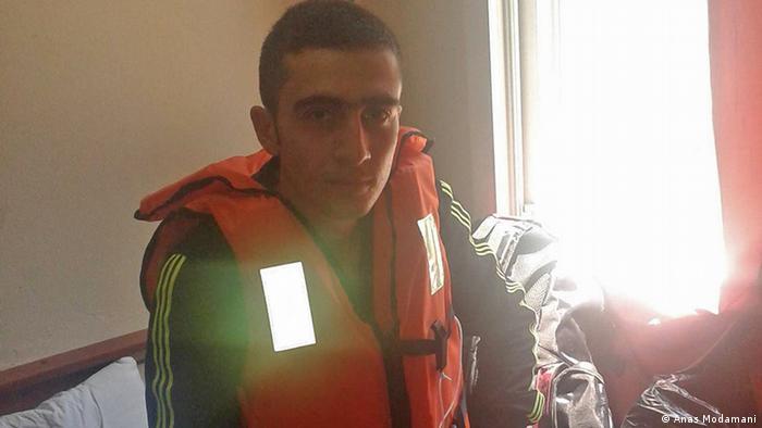 كان أنس قريباً من الموت خلال رحلته في قارب مطاطي عبر المتوسط للعبور من تركيا إلى اليونان. فالقارب كان مكتظاً فانقلب وكاد أن يغرق.