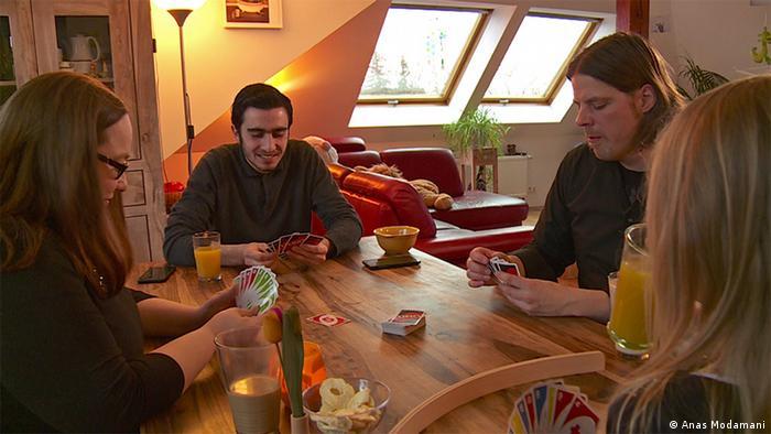 بعد انتشار صورته مع ميركل في العديد من المنابر الإعلامية ووسائل التواصل الاجتماعي، تواصلت عائلة ألمانية معه. أنس يعيش الآن منذ حوالي سنة مع هذه العائلة، التي تدعمه بشكل كبير، على حد تعبيره.