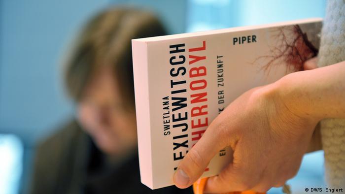Светлана Алексиевич подписывает книги своим немецким читателям