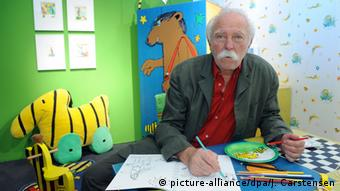 Der Zeichner und Erzähler Horst Eckert alias Janosch sitzt in einem nachgebildeten Kinderzimmer (Foto: dpa)