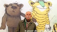 Zu Bildergalerie Janosch 85. Geburtstag: ARCHIV - Illustrator und Geschichtenerzähler Janosch posiert am Samstag (25.09.2010) in der Ludwig Galerie Schloss Oberhausen vor seinem Bild Der Tiger mit grüner Nase (2005). Einige Promis feiern besondere Geburtstage. Der Erfinder der Tigerente, Janosch, wird am 11. März 85 Jahre alt. Foto: Roland Weihrauch/dpa (zu dpa Janosch feiert seinen 85. Geburtstag mit Wein, Fisch und Gesang vom 04.03.2016) +++(c) dpa - Bildfunk+++ Copyright: picture-alliance/dpa/R. Weihrauch