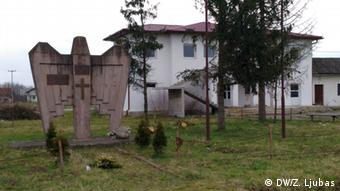 Spomenik palim borcima VRS ispred nekadašnjeg zloglasnog logora Trnopolje