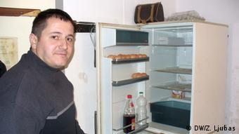Samir Musić pokazuje prazan frižider. Radost je, kaže, kad za nadnicu dobije kolut sudžuka