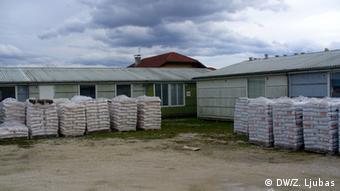 Vreće umjetnog đubriva uskladištene u dvorištu izbjegličkog kampa