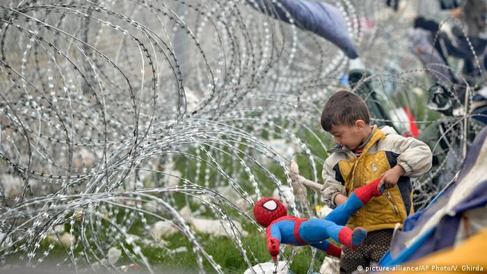 Idomeni Flüchtlingskind mit Spidermanpuppe (picture-alliance/AP Photo/V. Ghirda)