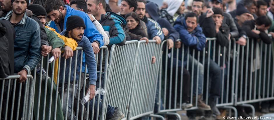 Migrantes aguardam em Idomeni, na Grécia, perto da fronteira com a Macedônia