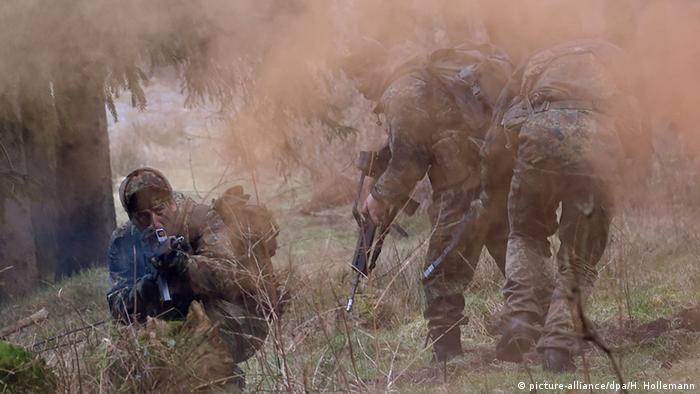 German military training of Kurdish peshmerga picture-alliance/dpa/H. Hollemann