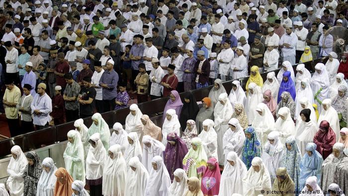 Indonesien Sonnenfinsternis Muslime beim Gebet