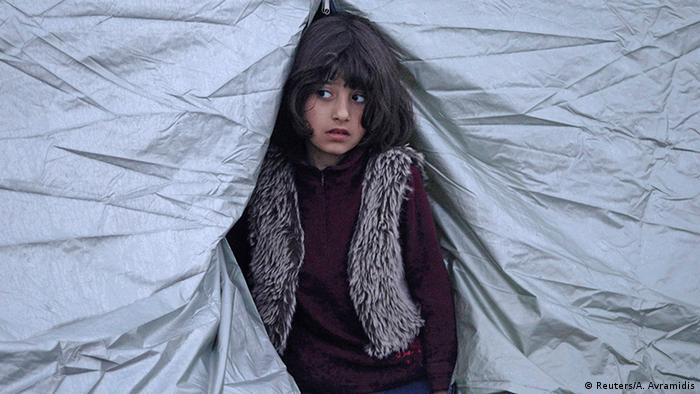Griechenland Idomeni Mädchen schaut aus Zelt