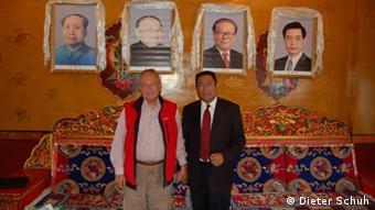 Deutschland Dieter Schuh Tibetologe mit einem Fabrikanten aus Lhasa