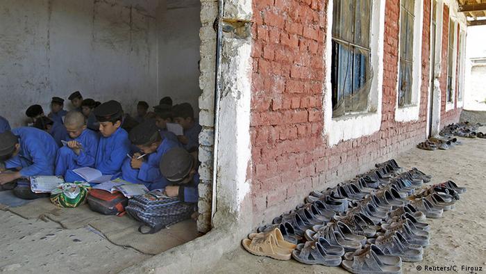 Pakistan Kalabat Kinder nehmen Schulunterricht im Flüchtlingscamp