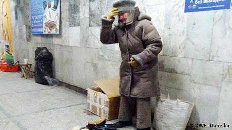 Пожилая женщина просит милостыню в Минске