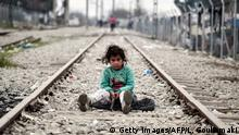 Bildergalerie Kinder Alltag in Idomeni 07.03.2016 **** Bildunterschrift:TOPSHOT - A child plays on a rail track at the Greek-Macedonian border near the village of Idomeni where thousands of migrants and refugees are stranded on March 7, 2016. European Union leaders will on March 7 back closing down the Balkans route used by most migrants to reach Europe, diplomats said, after at least 25 more people drowned trying to cross the Aegean Sea en route to Greece. The declaration drafted by EU ambassadors on March 6 will be announced at a summit in Brussels on March 7, set to also be attended by Turkish Prime Minister Ahmet Davutoglu. / AFP / LOUISA GOULIAMAKI (Photo credit should read LOUISA GOULIAMAKI/AFP/Getty Images) © Getty Images/AFP/L. Gouliamaki