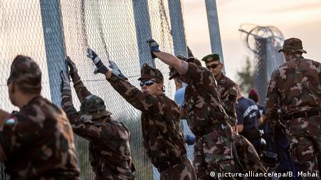Deutschland ungarische Soldaten schließen den Grenzzaun zu Serbien bei Roszke (picture-alliance/epa/B. Mohai)