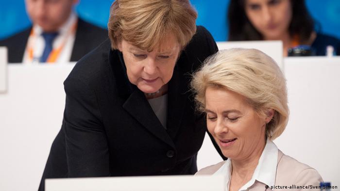 Deutschland Merkel mit Von der Leyen CDU-Parteitag in Karlsruhe (picture-alliance/Sven Simon)