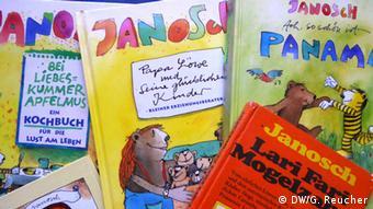 Verschiedene Janosch-Kinderbücher liegen auf einem Haufen (Foto: DW/Gaby Reucher)