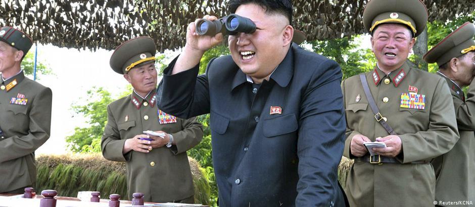 Kim Jong-un durante visita recente a instalação militar no leste da península coreana
