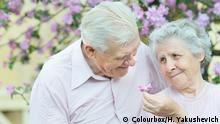 Älteres Paar lächelt sich an