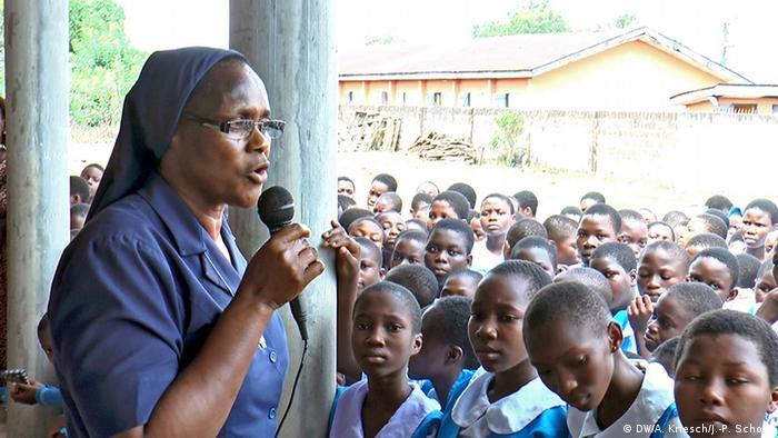 Schwester Bibiana Emenaha klärt Schülerinnen in Benin City über den Menschenhandel auf (Foto: Scholz/Kriesch)